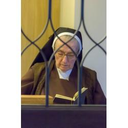 Biddende zuster in oratorium