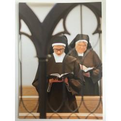 Biddende zusters in oratorium